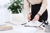 Oříznout záběr podnikatelka dělají papírování na pracovišti v úřadu