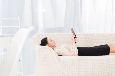 işkadını dijital tablet kanepe Office yatan ile yan görünüm