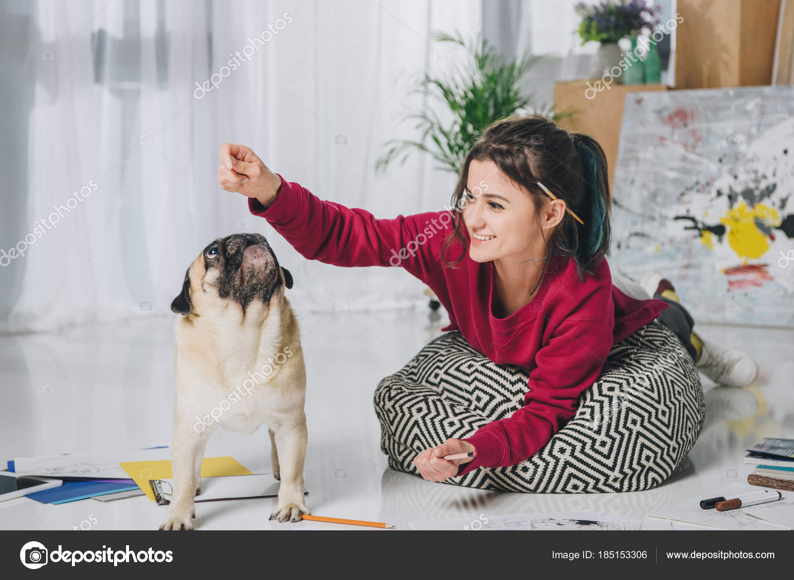 Jeune fille jouant avec carlin Étage bureau moderne domicile