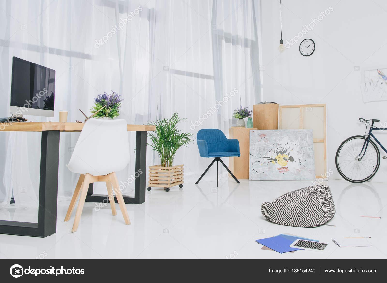 Kamer interieur met werktafel fiets door muur u stockfoto