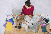 Fotografia Giovane donna che lavora con schizzi con pug sveglio sul tavolo di lavoro con computer