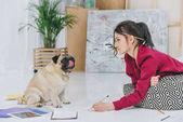 Csinos hölgy dolgozik illusztráció és nézett aranyos mopszli kutya