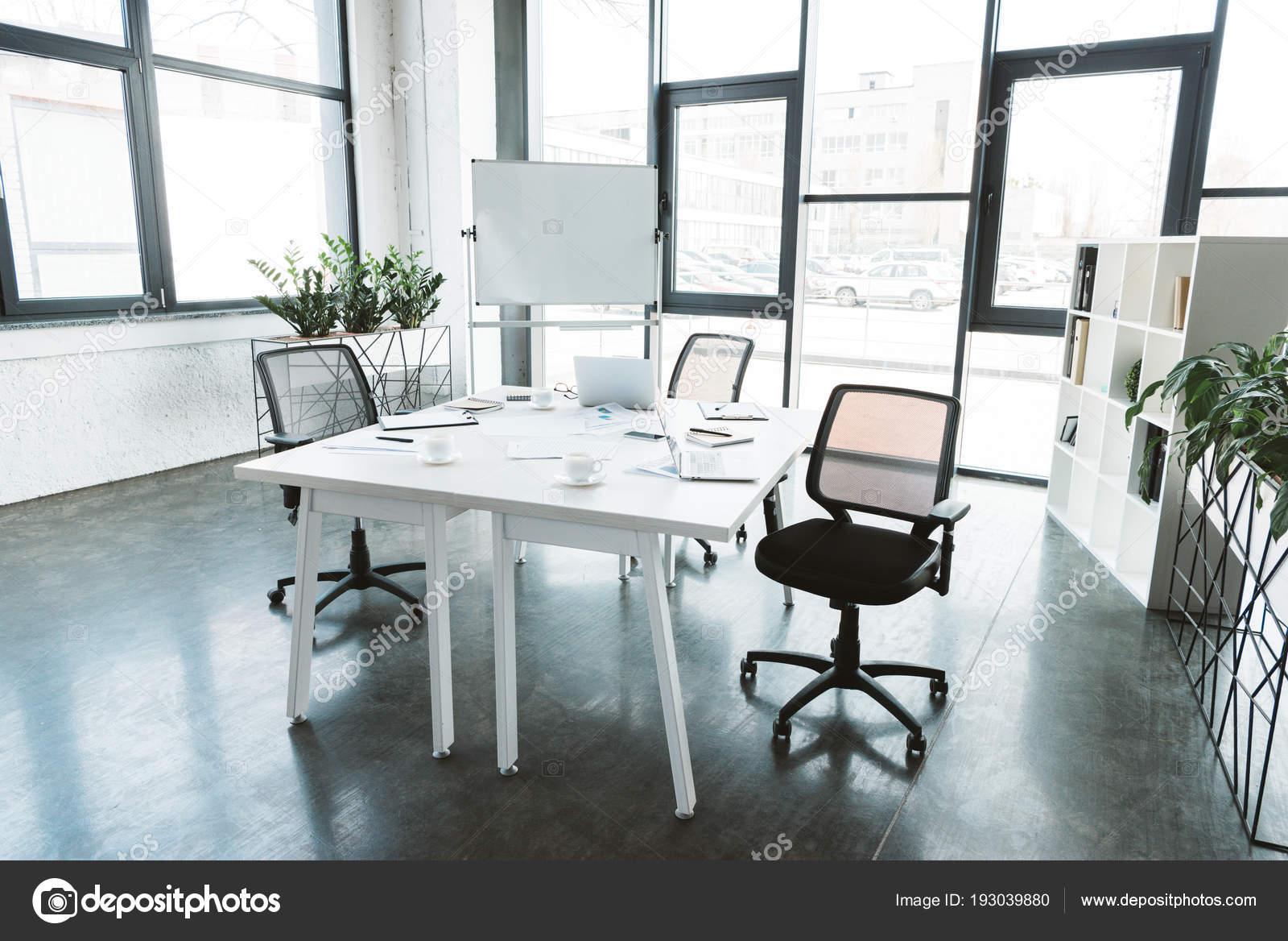 Intérieur bureau moderne avec bureau papiers chaises tableau blanc