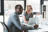 Fotografie multiethnische Geschäftsmann und geschäftsfrau arbeiten bei Business-Meeting im Büro