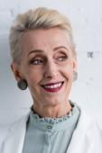 portrét usměvavá starší stylové podnikatelka