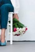 Fényképek alacsony szakasz nő gazdaság tulipán virág csokor