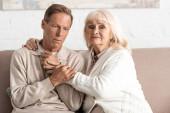 szomorú nyugdíjas nő ölelés férj mentális betegség otthon