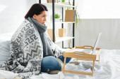 nemocná žena s online konzultace s lékařem na notebooku