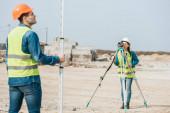Selektivní zaměření inspektorů pomocí digitální úrovně a pravítka na staveništi