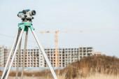 Fotografia Livello digitale su treppiede con cantiere sullo sfondo