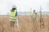 Digitális szinttel és vonalzóval dolgozó földmérők