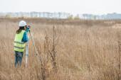 A digitális szinttel dolgozó földmérő visszapillantása