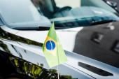 selektivní zaměření brazilské vlajky na moderní automobil