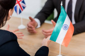 selektivní zaměření diplomatického gesta poblíž vlajky Indie a velvyslance sjednoceného království