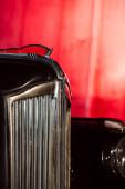zblízka černé retro auto na červené
