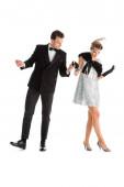 gut aussehender Mann und Frau im Kleid, Händchen haltend, während sie isoliert auf Weiß tanzen