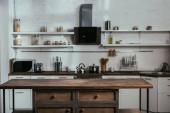 Interiér moderní kuchyně s dřevěným stolem