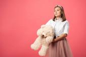 vonzó és elegáns nő gazdaság teddy mackó elszigetelt rózsaszín