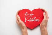 Fotografie ostříhaný pohled na ženu držící červené srdce ve tvaru papíru střih s být můj valentýnský písmena na bílém