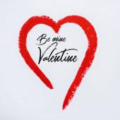 červené kreslené srdce v blízkosti mé valentýnské písmena na bílém