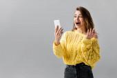 Überraschtes Mädchen zeigt Wow-Geste bei Videochat auf Smartphone
