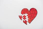 horní pohled na kreslené červené srdce tvar puzzle izolované na bílém