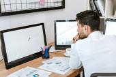 visszapillantás a kétfajú kereskedő nézi számítógép grafikonok