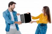 naštvaný mladý pár křičí při sdílení notebook izolované na bílém