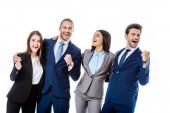 glückliche multikulturelle Geschäftsleute in Anzügen, die lachen und Ja-Gesten zeigen