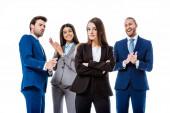 selektivní zaměření šťastného multikulturního podnikání lidé v oblecích tleskat sebevědomé podnikatelky před izolované na bílém