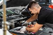 selektivní zaměření mechanické kontroly motorového prostoru