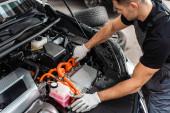 fiatal autómotor-fülkét ellenőrző szerelő