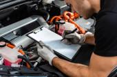 oříznutý pohled na mechanické psaní na schránce při kontrole motorového prostoru