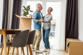 Photo mature man and smiling woman dancing in new house