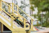 selektiver Fokus auf Spielplatz, Fahrrad und Gebäude im Hintergrund