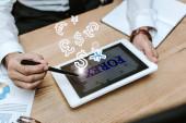 Fotografie oříznutý pohled obchodníka pomocí digitálního tabletu s forexovými písmeny
