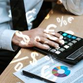 oříznutý pohled obchodníka pomocí kalkulačky poblíž peněžní značky