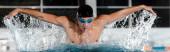 colpo panoramico di corsa farfalla nuoto sportivo in piscina