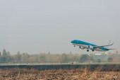 Kereskedelmi repülőgép indulása a repülőtéri kifutópályán