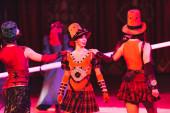 Kyjev, Ukrajina - 1. listopadu 2019: Umělci v kostýmech vystupující v cirkusové aréně