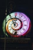 Vintage falióra világítással cirkuszban
