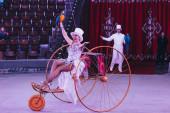 Kijev, Ukrajna - 2019. november 1.: A cirkuszi arénában az ara papagájokkal és szekérrel rendelkező kezelők szelektív fókusza