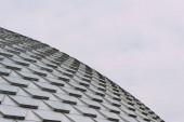 Nízký pohled na geometrický obrazec na střeše budovy