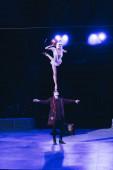 kyiv, ukraine - 1. November 2019: Akrobaten balancieren beim Auftritt in der Zirkusarena