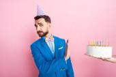 vágott kilátás nő gazdaság születésnapi torta közel üzletember nem mutat gesztus rózsaszín