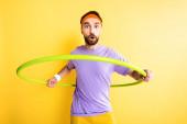 Überraschter Sportler trainiert mit Hula-Hoop-Reifen