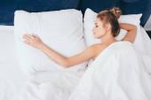 krásná nahá žena spí v posteli ráno