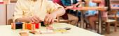 Panoráma lövés a gyerek játszik oktatási játék gyerekekkel a háttérben Montessori iskola, vágott nézet