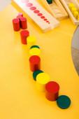 Vysoký úhel pohledu na vzdělávací hru na žlutém stole ve třídě
