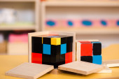Selektivní zaměření vzdělávací hry s stavebními kameny na školní stůl